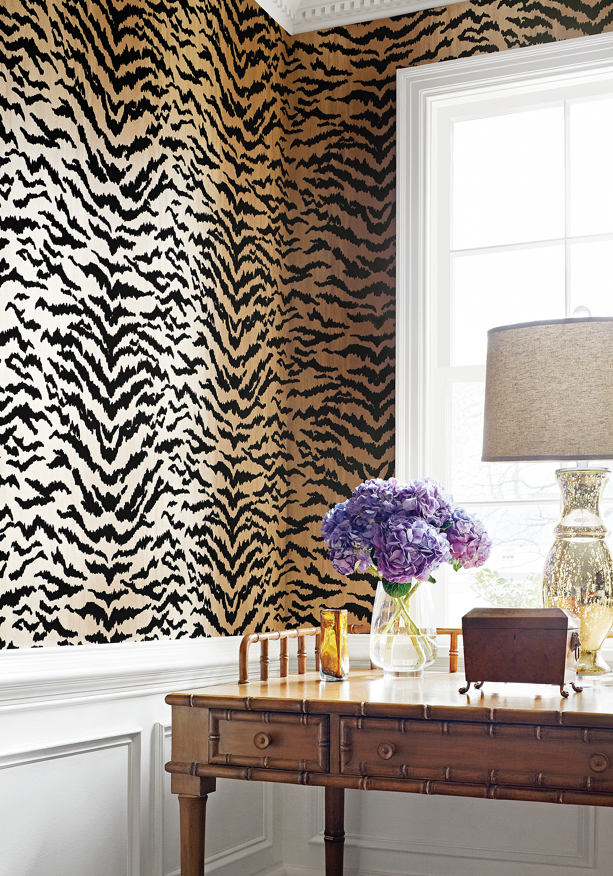Amazing animal print wallpaper ideas shoproomideas for Leopard print living room ideas