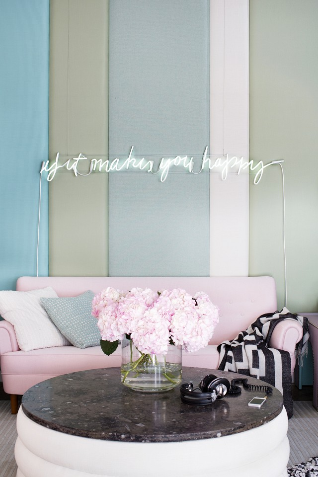 10 gorgeous nude and blush pink living spaces shoproomideas for Room decor neon signs