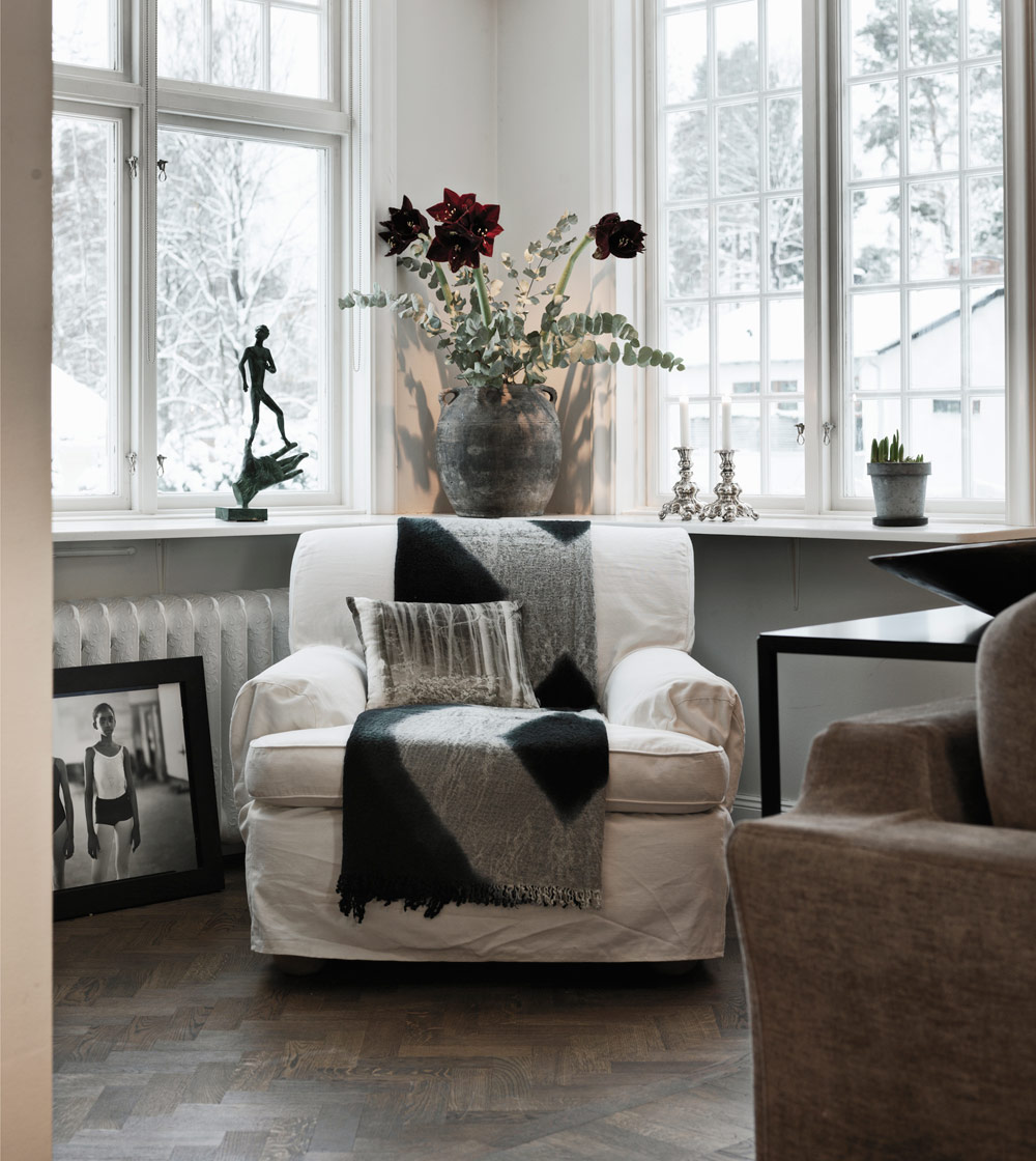 harringbone-parquet-classic-swedish-scandinavian-nordic-style-living-family-room-reading-knook-travertine-floor-all-white-simple-minimalist-modern-christmas-decor