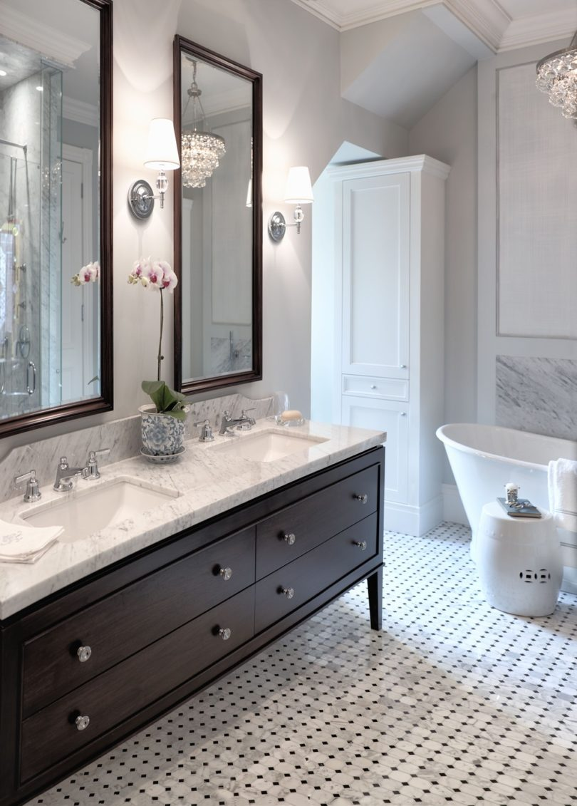 8 mind blowing small bathroom makeovers before and after for Makeovers for small bathrooms
